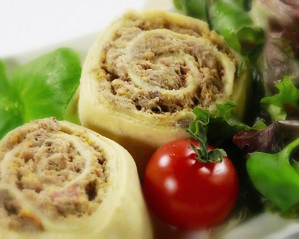 "Fleischnackas, crudités, salade verte <font size=""2"">(spécialité alsacienne)</font>"